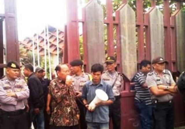 Plt. Sekretaris DPD Kaltim, Suroto, saat menemui para aktivis PMII yang menolak revisi UU MD3, Kamis, 1 Maret 2018, di depan Kantor DPRD Kaltim, Jalan Teuku Umar, Samarinda