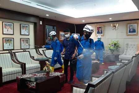 semprot disinfektan di kantor gubernur kaltim