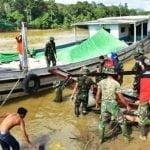 Pasukan TNI Gunakan Car Unik Pengangkutan Material